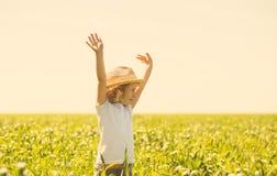 Kleines blondes Mädchen auf einem Weizengebiet Lizenzfreies Stockfoto