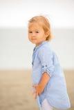 Kleines blondes Mädchen, das auf dem Strand spielt Lizenzfreie Stockbilder
