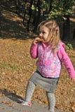 Kleines blondes Mädchen, das Biskuit isst Stockbild