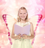 Kleines blondes Mädchen, das ein Buch - Fantasie liest Lizenzfreies Stockbild