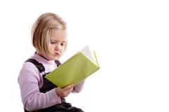 Kleines blondes Mädchen, das ein Buch liest Lizenzfreies Stockfoto
