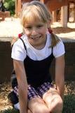 Kleines blondes Mädchen, das in einem Spielplatz spielt Lizenzfreies Stockfoto