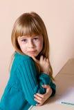 Kleines blondes Mädchen, das gesorgt schaut lizenzfreies stockbild