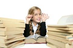 Kleines blondes Mädchen, das mit einer lustigen Geste lächelt Lizenzfreies Stockbild