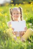 Kleines blondes Mädchen, das selfie auf dem gelben Gebiet nimmt Lizenzfreie Stockfotografie