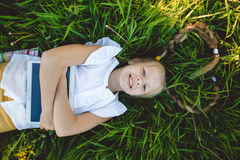 Kleines blondes Mädchen, das selfie auf dem gelben Gebiet nimmt Stockfotos
