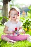 Kleines blondes Mädchen in der Natur Lizenzfreies Stockfoto