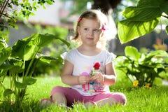 Kleines blondes Mädchen in der Natur Lizenzfreie Stockfotos
