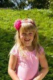 Kleines blondes Mädchen in der Natur Stockfotografie