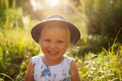 Kleines blondes Mädchen in einem blauen Hut Lizenzfreie Stockfotografie