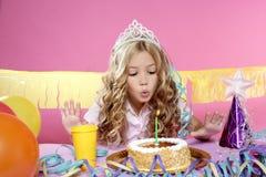 Kleines blondes Mädchen in einer Geburtstagsfeier Lizenzfreie Stockbilder