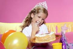 Kleines blondes Mädchen in einer Geburtstagsfeier Lizenzfreies Stockbild