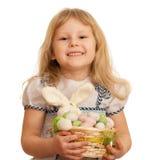 Kleines blondes Mädchen feiert Ostern Stockfotos