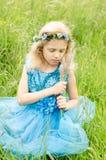 Kleines blondes Mädchen im blauen Kleid Stockbilder
