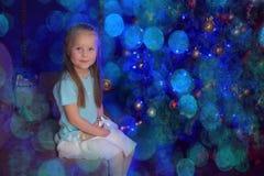 Kleines blondes Mädchen im blauen und weißen Kleid Lizenzfreies Stockbild