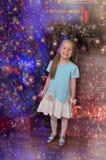 Kleines blondes Mädchen im blauen und weißen Kleid Stockfotos