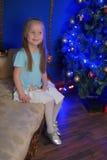 Kleines blondes Mädchen im blauen und weißen Kleid Lizenzfreies Stockfoto