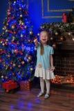 Kleines blondes Mädchen im blauen und weißen Kleid Stockbilder