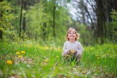 Kleines blondes Mädchen im grünen Gras Stockbild