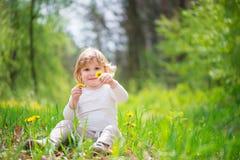 Kleines blondes Mädchen im grünen Gras Lizenzfreies Stockbild