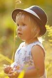 Kleines blondes Mädchen im Kleid und im Hut Lizenzfreie Stockfotos