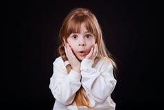 Kleines blondes Mädchen ist überrascht Lizenzfreies Stockfoto