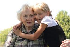 Kleines blondes Mädchen liebt Gramma Stockfotografie