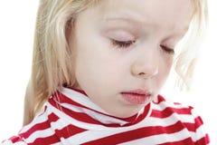 Kleines blondes Mädchen lokalisiert auf weißem Hintergrund Stockbild