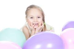 Kleines blondes Mädchen mit Ballonen im Studio Lizenzfreie Stockbilder
