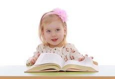 Kleines blondes Mädchen mit einem Bogen Stockbild