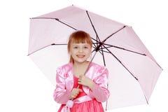 Kleines blondes Mädchen mit einem rosa Regenschirm Lizenzfreies Stockbild