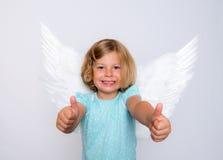 Kleines blondes Mädchen mit Engelsflügeln Stockbild
