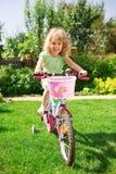 Kleines blondes Mädchen mit Fahrrad Stockfotografie