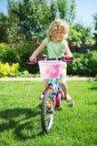 Kleines blondes Mädchen mit Fahrrad Stockbilder