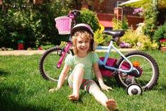 Kleines blondes Mädchen mit Fahrrad Stockfoto
