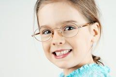 Kleines blondes Mädchen mit Gläsern Stockfoto