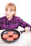 Kleines blondes Mädchen mit rohen Fleischklöschen in der Wanne Lizenzfreie Stockfotografie