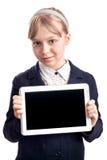 Kleines blondes Mädchen mit Tablettengerät auf Weiß Stockbilder