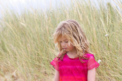 Kleines blondes Mädchen mit traurigem Gesicht Lizenzfreie Stockfotos