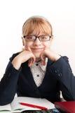Kleines blondes Schulmädchen mit Glaslächeln Stockbilder