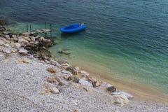 Kleines Boot angelegt Stockfotografie