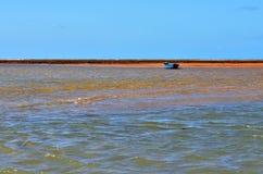 Kleines Boot angeschwemmt Stockbild