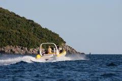 Kleines Boot auf choppy Wasser Stockfotografie