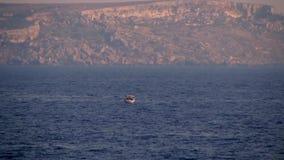 Kleines Boot auf dem Meer stock footage