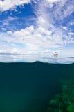 Kleines Boot auf dem Riff Stockfotos