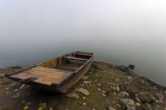 Kleines Boot auf dem Seeufer Stockbild