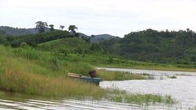 Kleines Boot auf einem See stock video