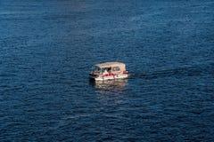 KLEINES BOOT AUF OTTAWA-FLUSS lizenzfreies stockfoto