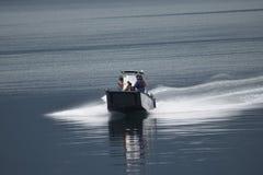 Kleines Boot auf Ruhe geplätschertem Wasser stockfotos