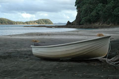 Kleines Boot auf sandigem Strand Stockbilder